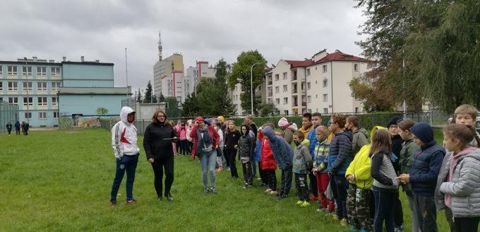 Uczniowie i nauczyciele SP19 podczas próbnej ewakuacji